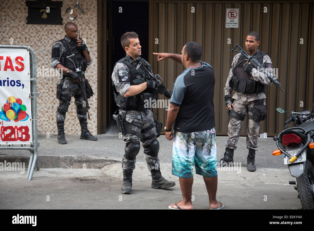 The Canine Operations Unit (BAC) of Rio de Janeiro Police perform stop and search operations in Mare favela - Stock Image