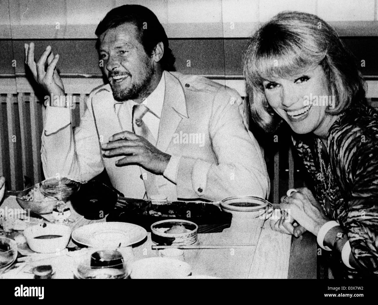 Performing Duo The Kessler Twins out to dinner with Roger Moore - Stock Image