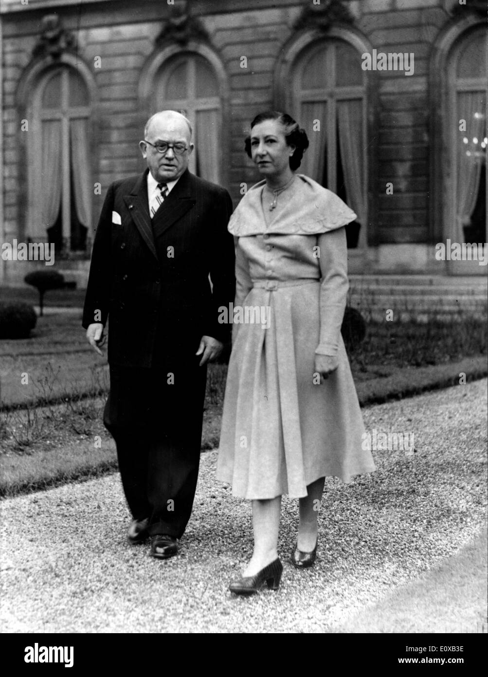 President Auriol walking with his wife Michelle at the Elysee during his septennat - Stock Image