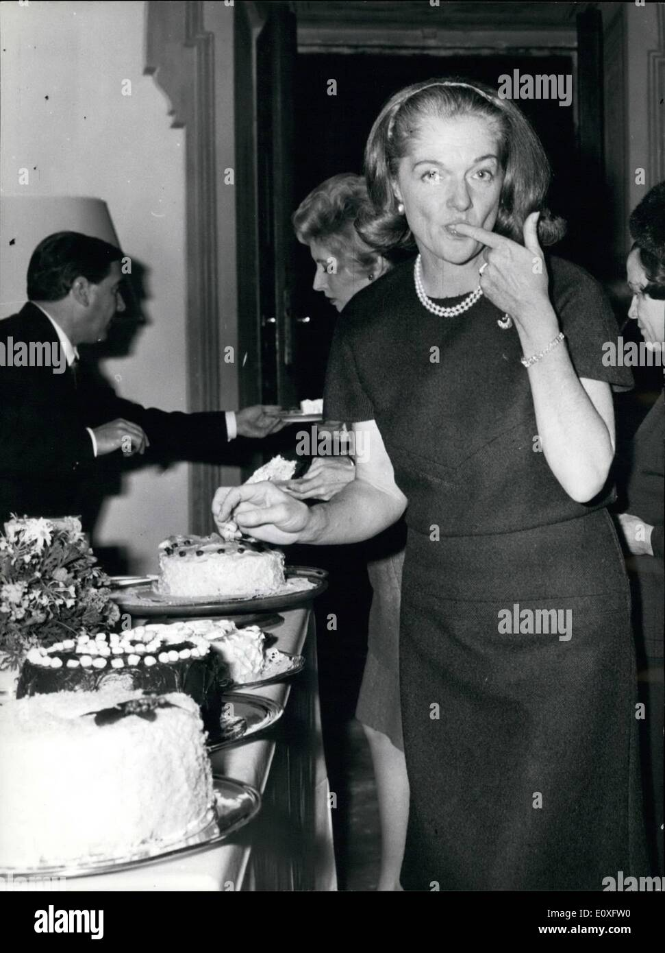 Nov. 11, 1966 - Tarts and Diplomacy: Mrs. Lillian Larke Tootle Reinhardt, wife of the US Ambassador in Rome, demonstrated - Stock Image