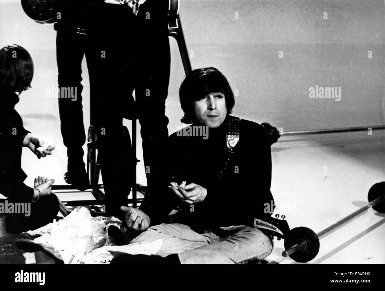 Singer John Lennon breaks from filming - Stock Image
