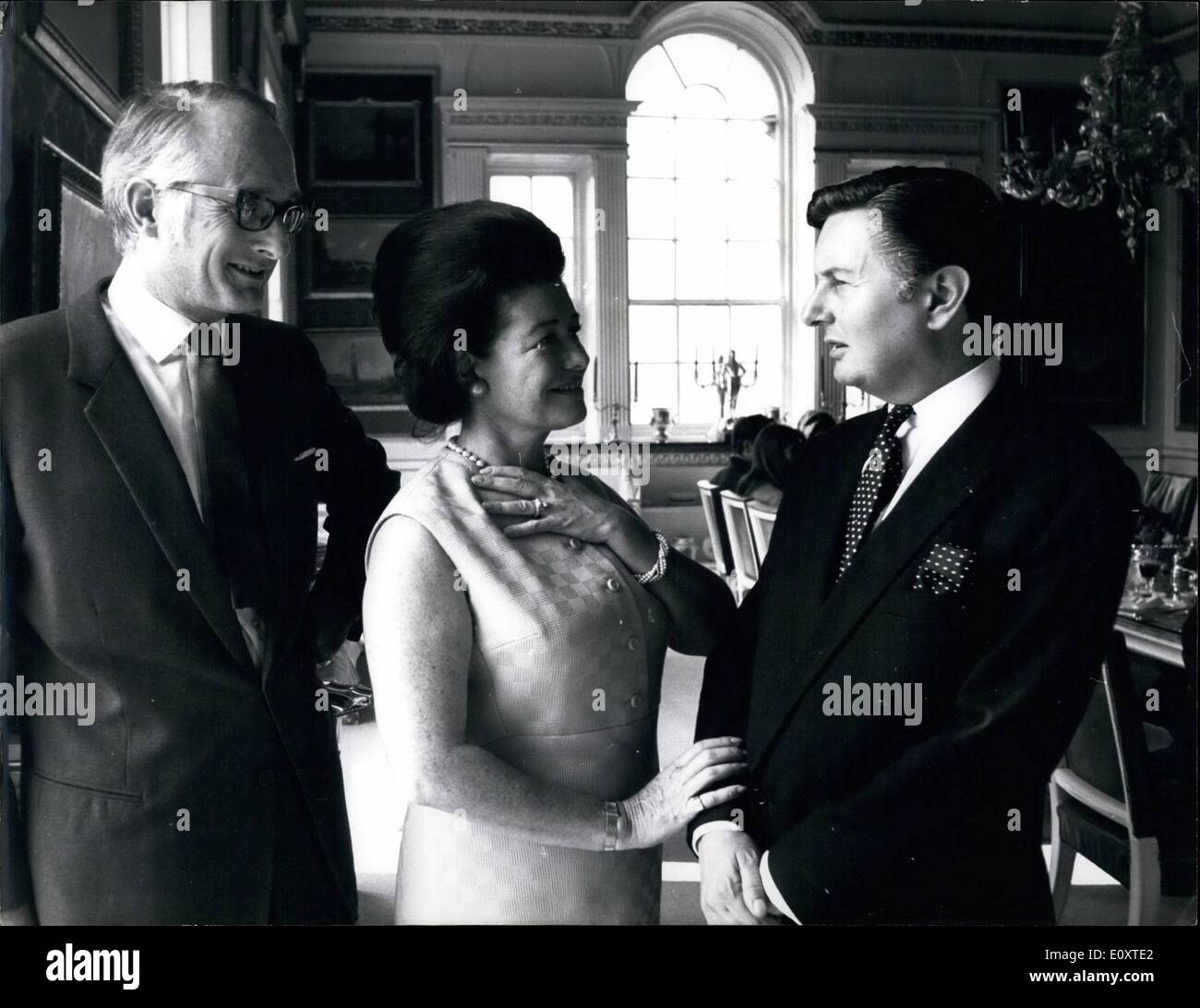 Sep. 09, 1967 - 5,000 - worth of antique jewellery stolen by raiders from a van on its way to Woburn Abbey. Antique Jewellery worth $ 15,000 was stolen today by masked raiders who ambushed the van carrying it from London to Woburn Abbey, the home of the Duke and Duchess of Bedford. The Jewellery was on its way from the Duke's family jewellers in the West End to an antique fair, staged by the Duchess, at Woburn Abbey Photo shows: Barry Wreland, director of Cellingwood's, the Duke's Jewellers, who was in the estate car when it was attacked by the raiders (seen right) is seen telling the story - Stock Image