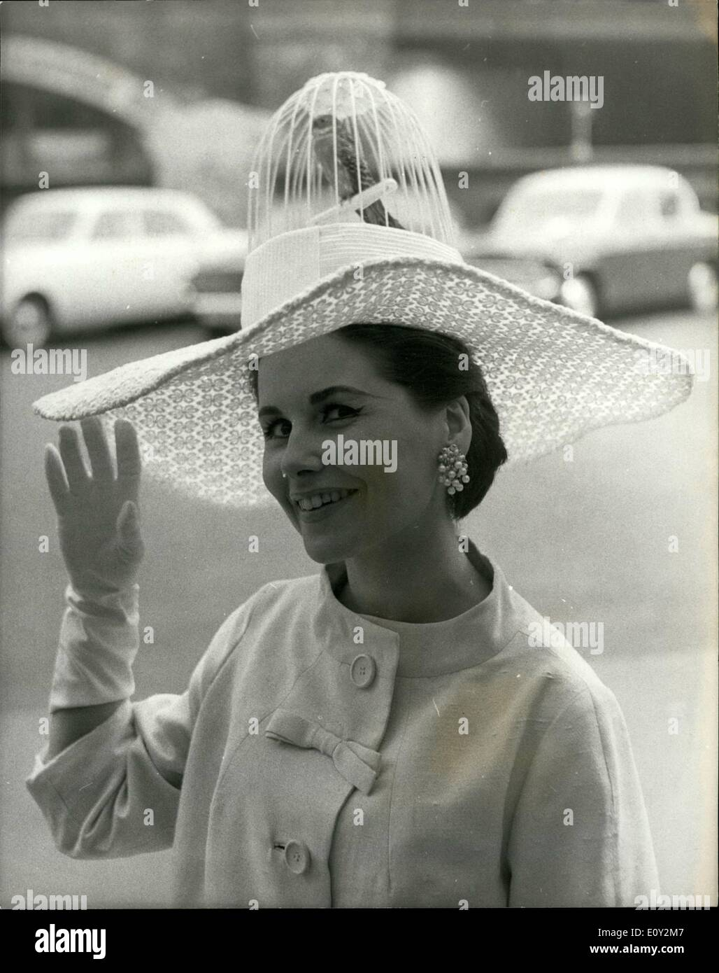 Jun. 06, 1968 - THE FIRST DAY OF THE ROYAL ASCOT MEETING HAT FASHIONS AT WATERLOO STATION - A 'BUDGIE. IN HER HAT PHOTO SHOWS: JANE BOUGH, 21, wore this white - lace hat with the crown as a bird-cage containing a real live Budgerigar when she left Waterloo for Ascot today. - Stock Image