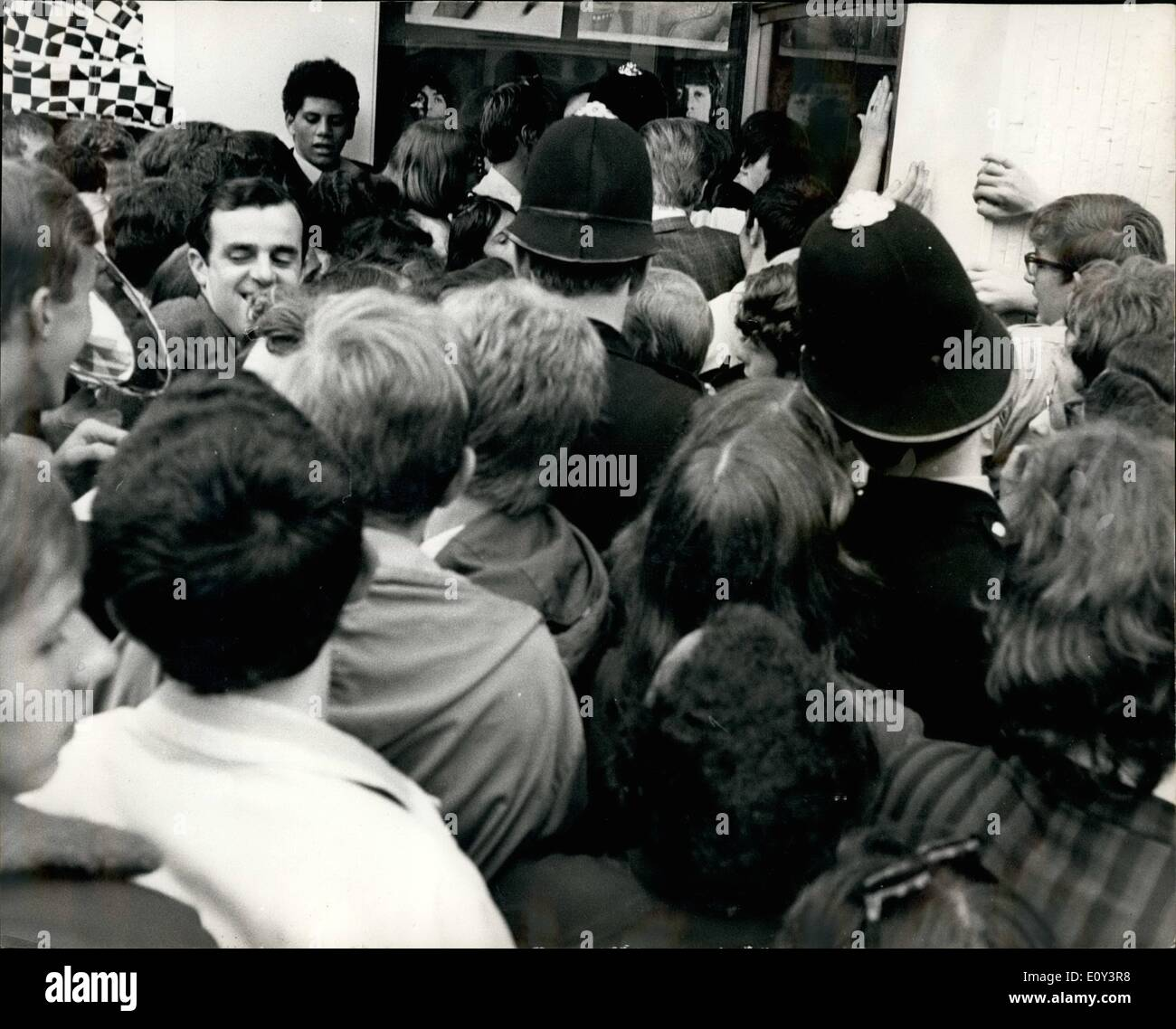 Jul. 07, 1968 - The Beatles give away £10,000-worth of stock from their boutique ''Apple'' in London.: The Beatles have declined that they are ''tired of being shopkeepers'' and yesterday ordered that the thousands of pounds worth of stock in their boutique ''Apple'', in Backer Street, London, should be given away without paying a penny. Hundreds of teenage costumers were outside the shop this morning waiting for it to open so that they could take their pick from the off-beat clothes - Stock Image
