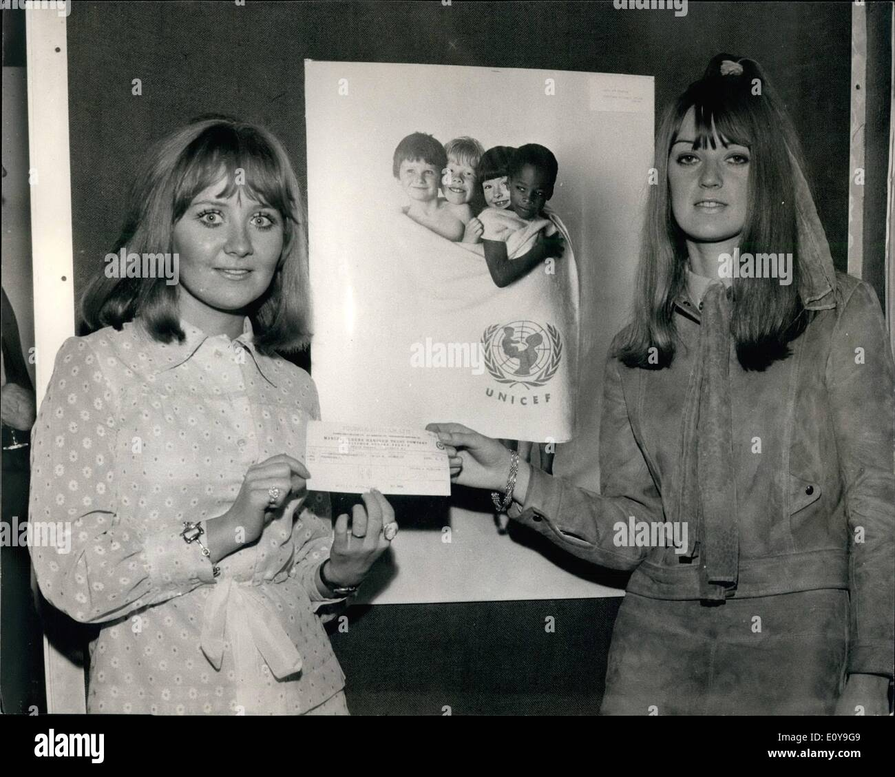 Jun. 06, 1969 - 20-Year-Old Art Student Wins United Nations Children's Fund Poster Design Award: 20-year-old Carol Ann Venables, daughter of a carpenter of Little Heath Croft, Castle Bromwich, Birmingham, case first in the British section of the Unicef International Poster Award competition. Miss Venables received a 350 travel scholarship which was presented to her by Pop singer Lulu at a reception at New Zealand House this evening. Photo shows Carol Ann Venables receives her 350 travel scholarship cheque from Pop singer Lulu (left) at New Zealand House, London, this evening - Stock Image