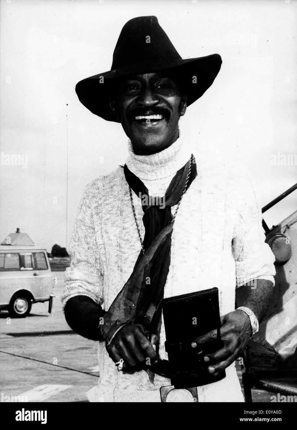 Singer Sammy Davis Jr. arrives at London Airport - Stock Image