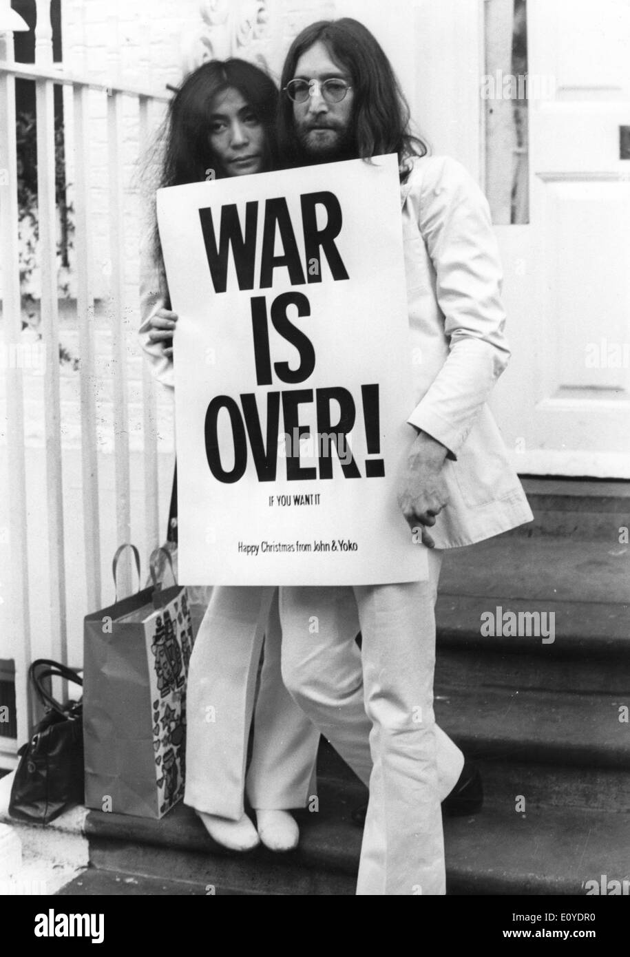 John Lennon and Yoko Ono protest Stock Photo: 69445012 - Alamy