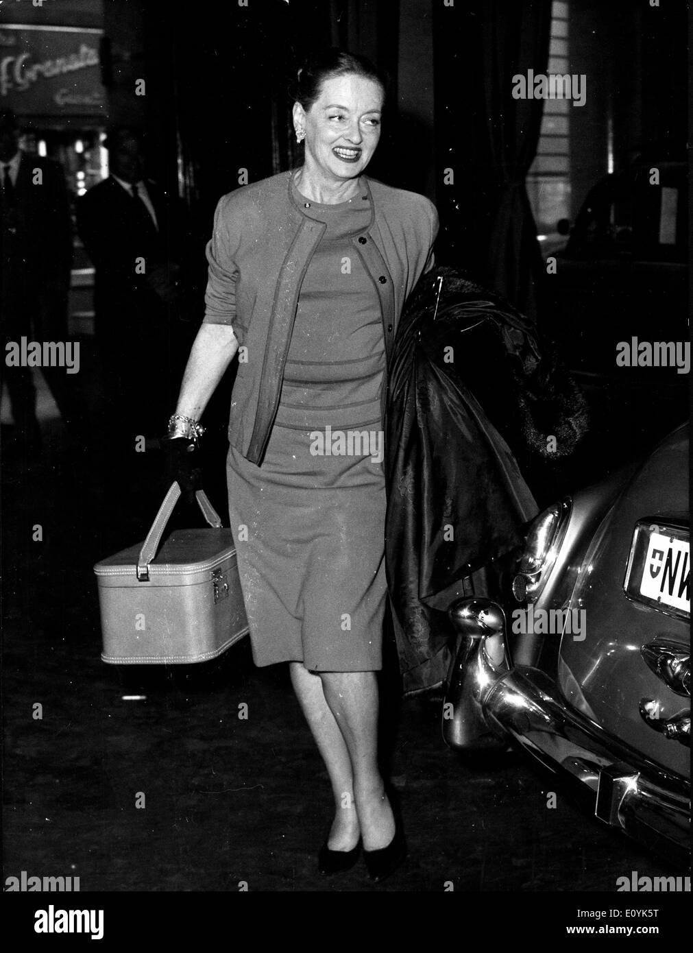 Actress Bette Davis walks through Rome street - Stock Image
