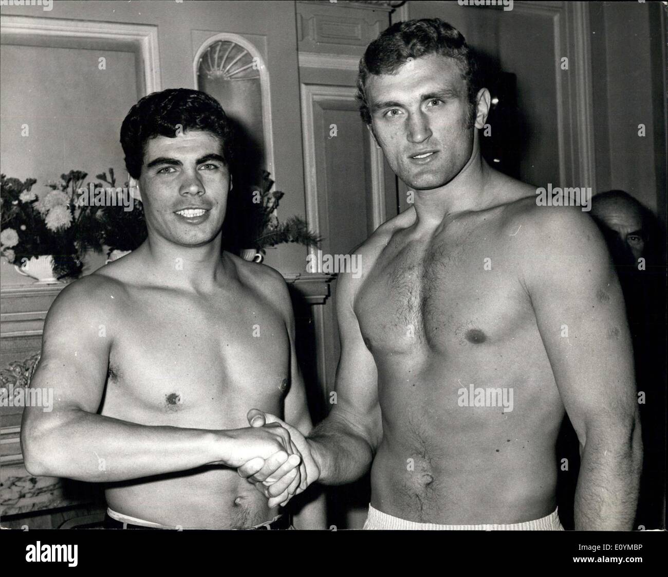 Oct. 06, 1970 - Weigh-In Joe Bugner V Eduardo Corletti At the Horseshoe Club for tonight fight at Albert HAll: The Weigh-in took place this morning at the Horseshoe Club, Tottenham Court Road, for this evening heavyweight right between Britain's Joe Bugner and Eduardo Corletti of Argentina at the Royal Albert Hall. Picture Shows: Seen Shaking hands after the weigh -in Corletti, left and Joe Bugner. - Stock Image