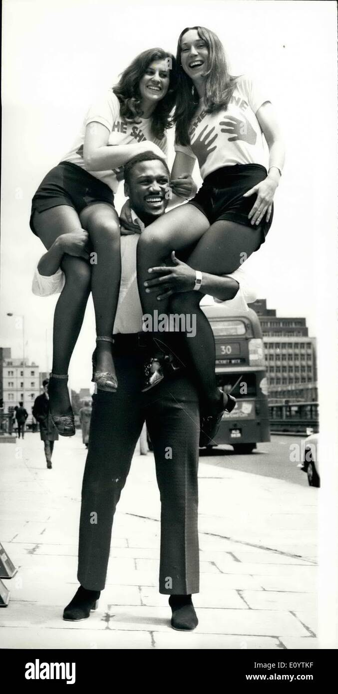 Jun. 06, 1971 - Joe Frazier at TV studios.: World heavyweight boxing champion, Joe Frazier who will appear in the Thames TV programme 'Tea Break' which goes out on Thursday, was at the studios today with two of London's only shoeshine girls, Pavla Podhrazska and Jane Green, who also appear in the programme. Photo shows Joe Frazier holds up Pavla Podhrazska (left) and Jane Green, at the TV studios today. - Stock Image