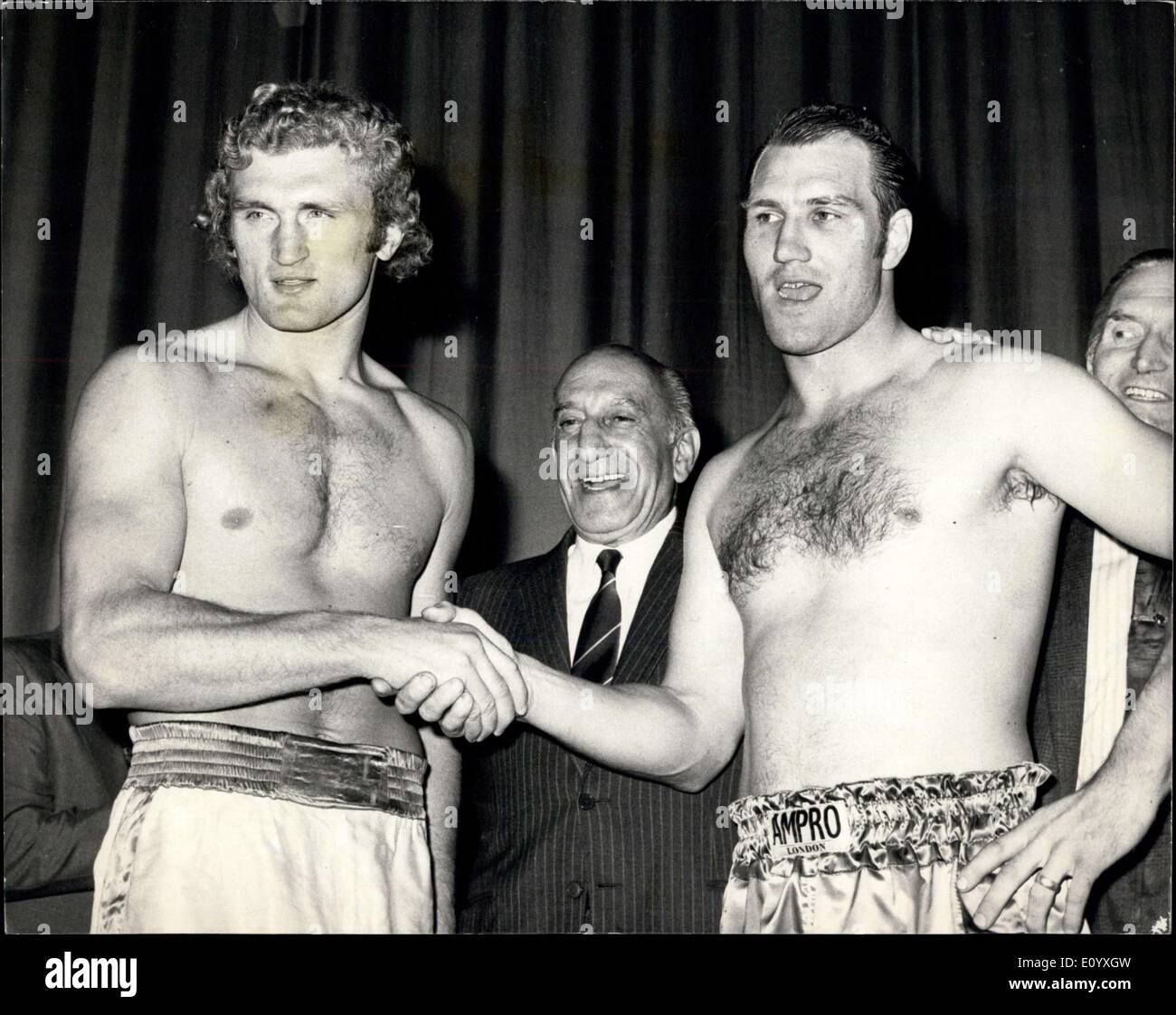 Sep. 27, 1971 - Joe Bugner and jack Bodell weigh-in for tonight's fight. Photo shows Joe Bugner (left) and Jack Bodell pcitured - Stock Image