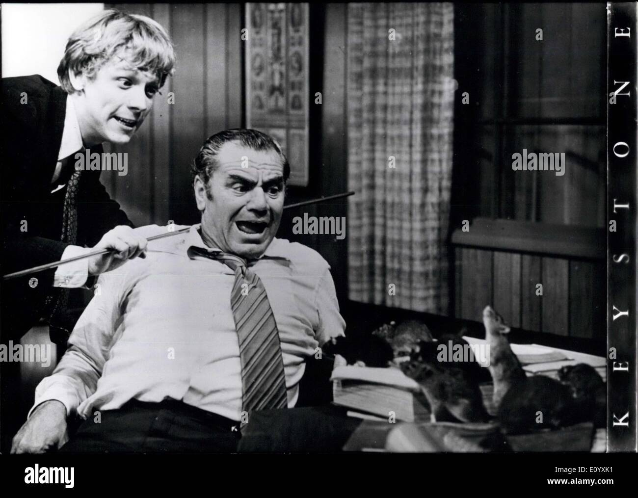 Oct. 06, 1971 - Film ''Willard'' Pushes ''Love Story'' In The USA From Place No. 1 Continental Premiere On November 19th 1971 In Berlin (Germany): A rat called ''Ben'' achieved in the USA to push the enormous film-success ''Love Story'' to the second place. ''Ben'' is one of th star-actors in ''Willard'', the newest film by Daniel Mann (''Come back, little Sheba'', ''The tattooed rose'') and also leader of 500 rats, which are used by their friend, Willard, to attack his boss (photo-with Bruce Davison and Ernest Borgnine as his boss) - Stock Image