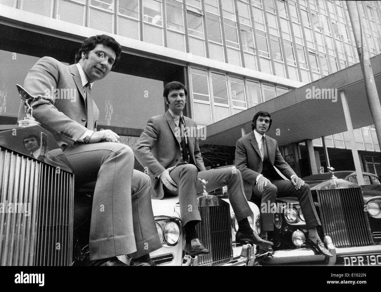 Tom Jones and friends pose on Rolls Royce - Stock Image