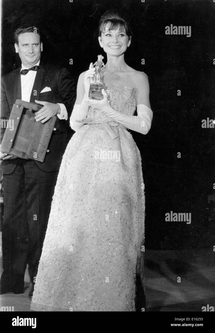 Actress Audrey Hepburn receives 'Breakfast at Tiffany's' award - Stock Image