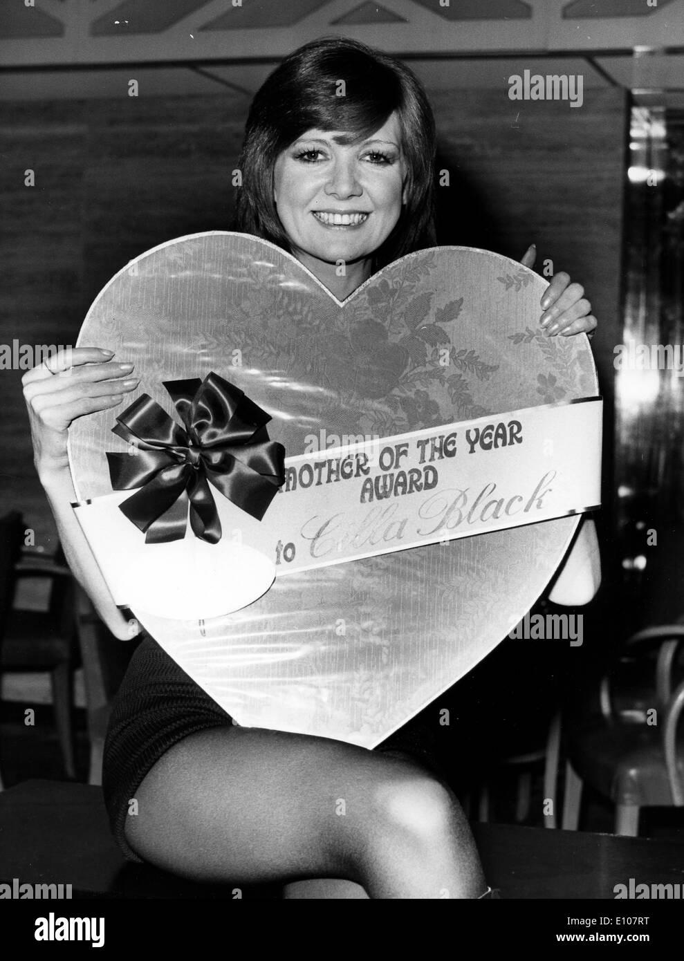 Singer Cilla Black with huge box of chocolates - Stock Image