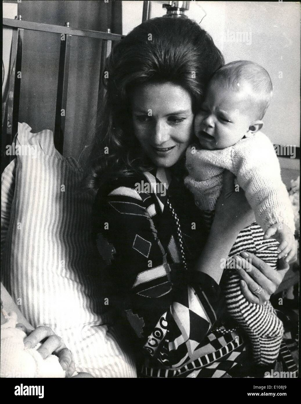 Mar. 03, 1970 - Lynn's little girl: Exclusive pictures of the newest Redgrave granddaughter: Born at home early - Stock Image