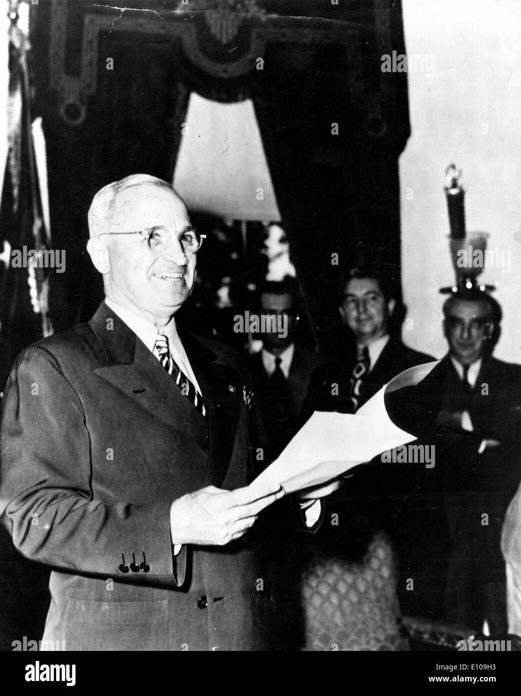 President Harry S. Truman leads a meeting - Stock Image