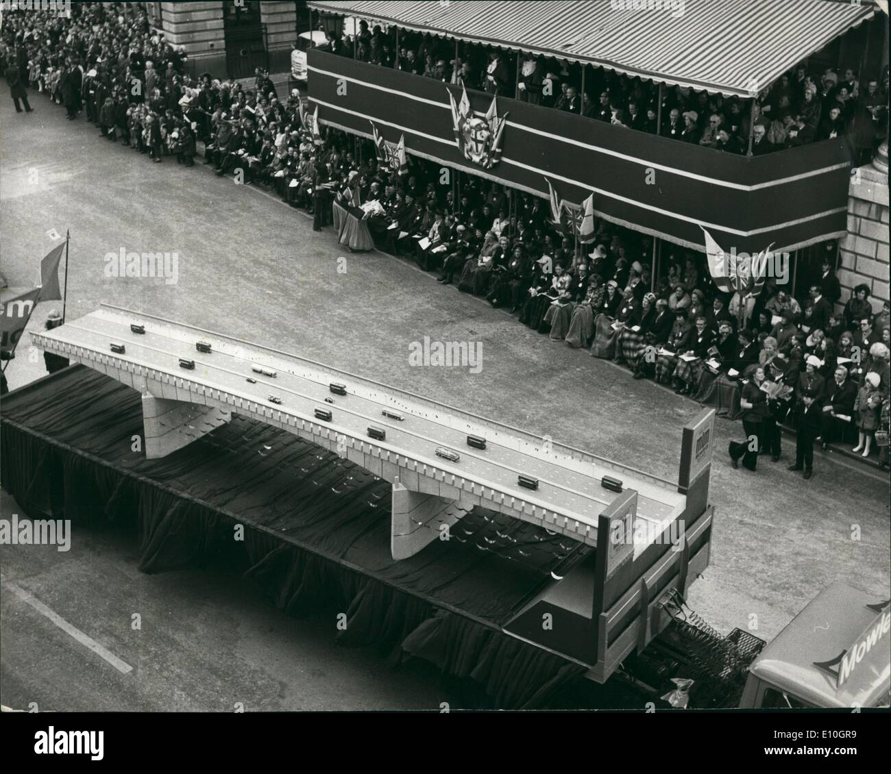 Nov. 11, 1972 - Londoners flock to the city to see today's Lord Mayor show: Lord Mais, the new Lord Mayor of London, showed himself to Londoners when he drove in the famous coach through the city streets in pageantry to the law courts in the strand to make his statutory declaration .Photo Shows One of the floats depicting the new London Bridge passes the Lord Mayor seen on the balcony of the Mansion House. - Stock Image
