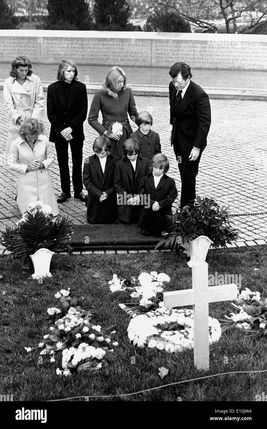Arlington, VA, USA TED KENNEDY pays respect at a cemetery memorial with family. - Stock Image