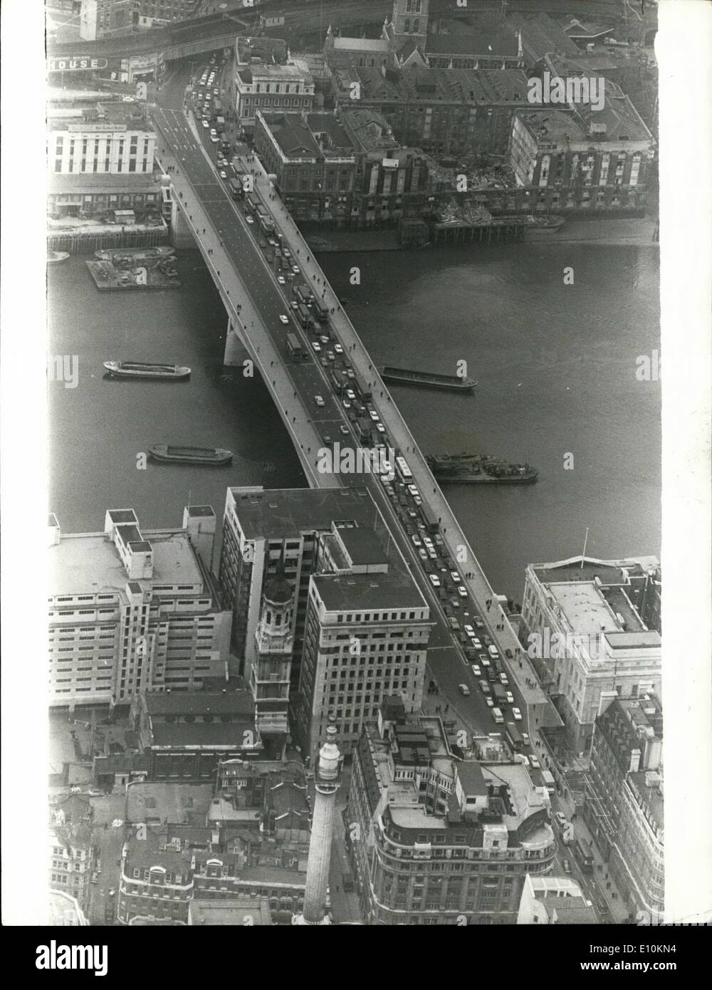 May 05, 1973 - Traffic on London Bridge: This view shows rush hour traffic on the new London Bridge, where the City bound lanes - Stock Image