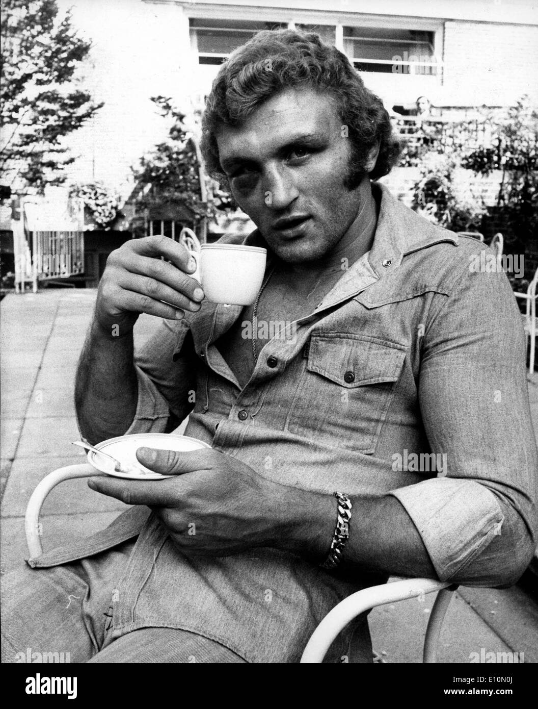 JOE BUGNER the British European Heavyweight Champion enjoying a cup of tea at the Kensington Close Hotel - Stock Image