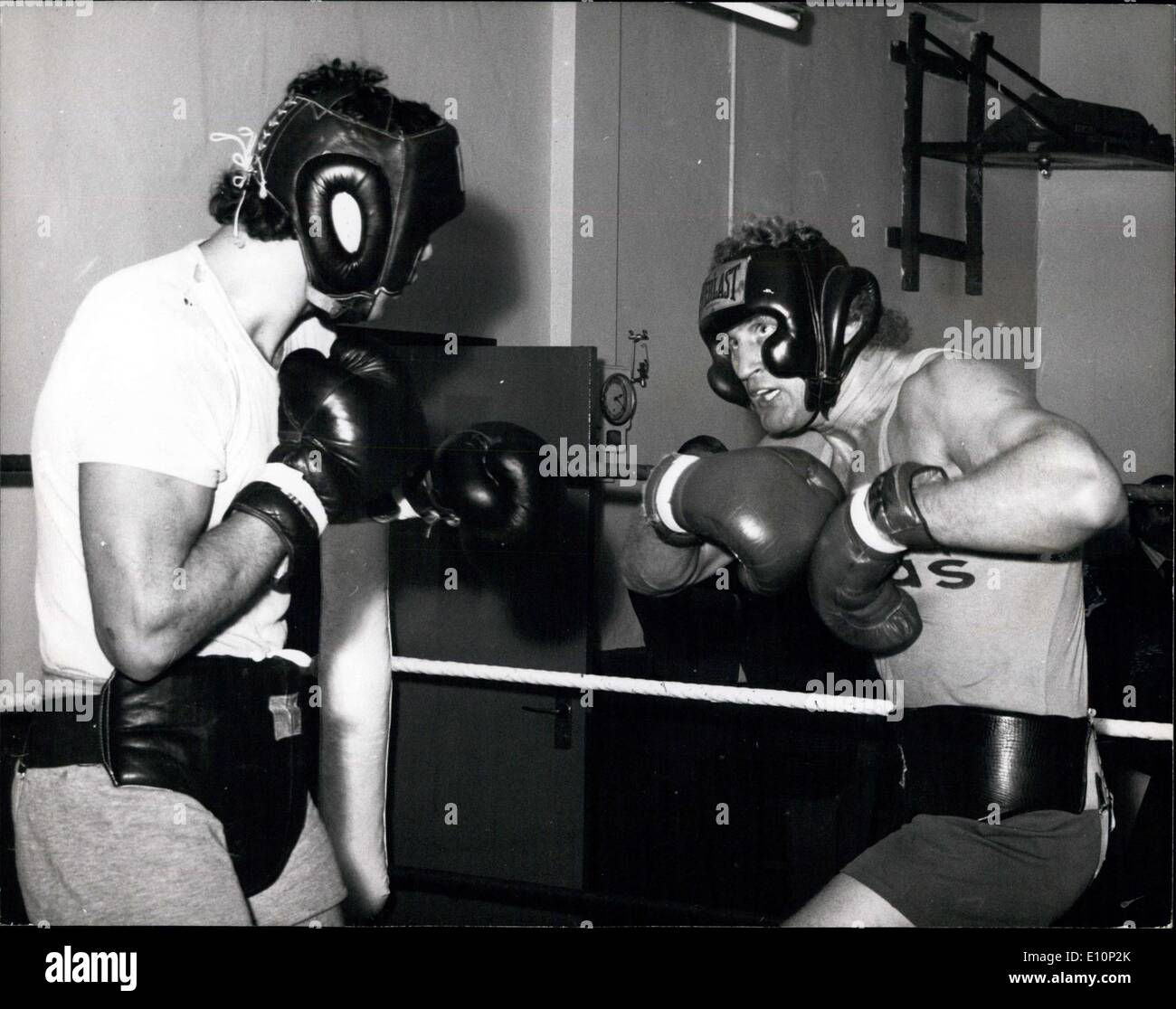 Nov. 08, 1973 - Joe Bugner trains for fight against Mac Foster.: Joe Bugner, Britain's European heavyweight champion, was training today at the British Boxing Board of Control's gymnasium in Hampstead, for his fight against the American heavyweight Mac Foster, at Wembley next Tuesday. Photo shows Joe Bugner (right) seen sparring during today's training session. - Stock Image