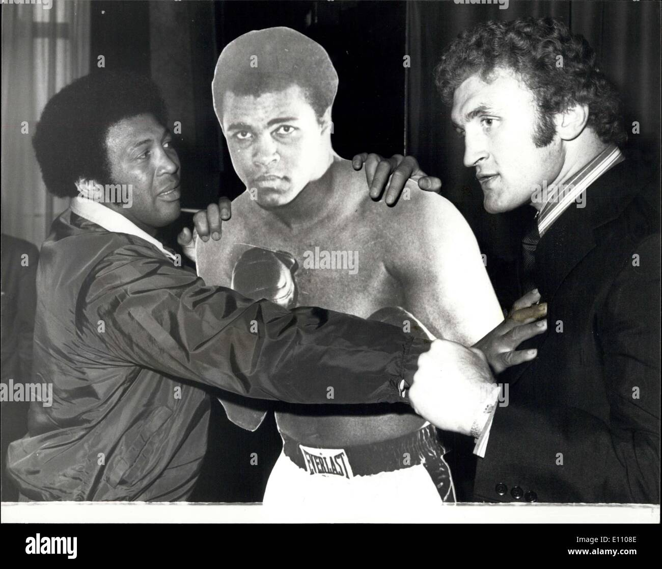 Nov. 05, 1974 - Reception for Jimmy Ellis and Joe Bugner - Jimmy Ellis, of America, former holder of the World Heavyweight boxing title, and Joe Bugner, European title holder, who fight at Wembley next Tuesday, today attended a reception at the Sportsman's Club, Tettenham COurt Road, London, Photo Shows:- Jimmy Ellis Holds out a restraining hand to Joe Bugner, as they stand beside a life size portrait of the world champion, Muhammed Ali, today. - Stock Image