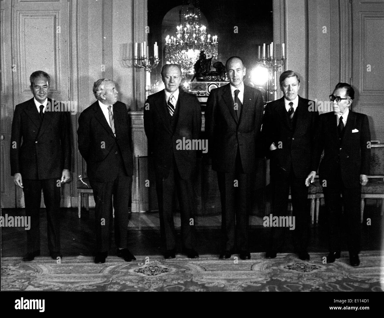 Nov 07, 1975; Rambouillet, France; The United States, Japan, Italy, Germany and England met to talk for three days about different points to face the international economic crisis at the Rambouillet Castle close to Paris. In the picture are the six representatives are posing at one of the rooms of the Castle. (From L-R) Mr. ALDO MORO; President of the Italian Conseil, Mr. HAROLD WILSON; British Prime Minister, American President GERALD FORD, President VALERY GISCARD D'ESTAING, German Chancellor HELMUT SCHMIDT and Japanese Prime Minister TAKEO MIKI - Stock Image