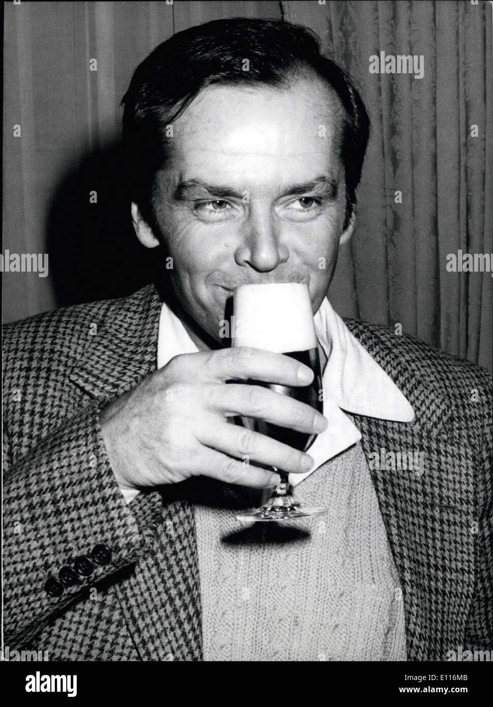 Feb. 26, 1976 - Jack Nicholson presents his latest film ''One Flew over the Cuckoo's Nest'' in the West Germany: US actor Jack Nicholson came to Hamburgh in order to present his latest film ''One flew over the cuckoo's neat'' and took the opportunity to taste some of the famous German beer (picture). The renowned film star plays the main role in the film, which has already become 6 ''Golden Globes'' in the United States. He therefore has been nominated for an ''Oscar'', while the entire film, directed by Milos Forman and produced by Michael Douglas, has been nominated for nine ''Oscars'' - Stock Image