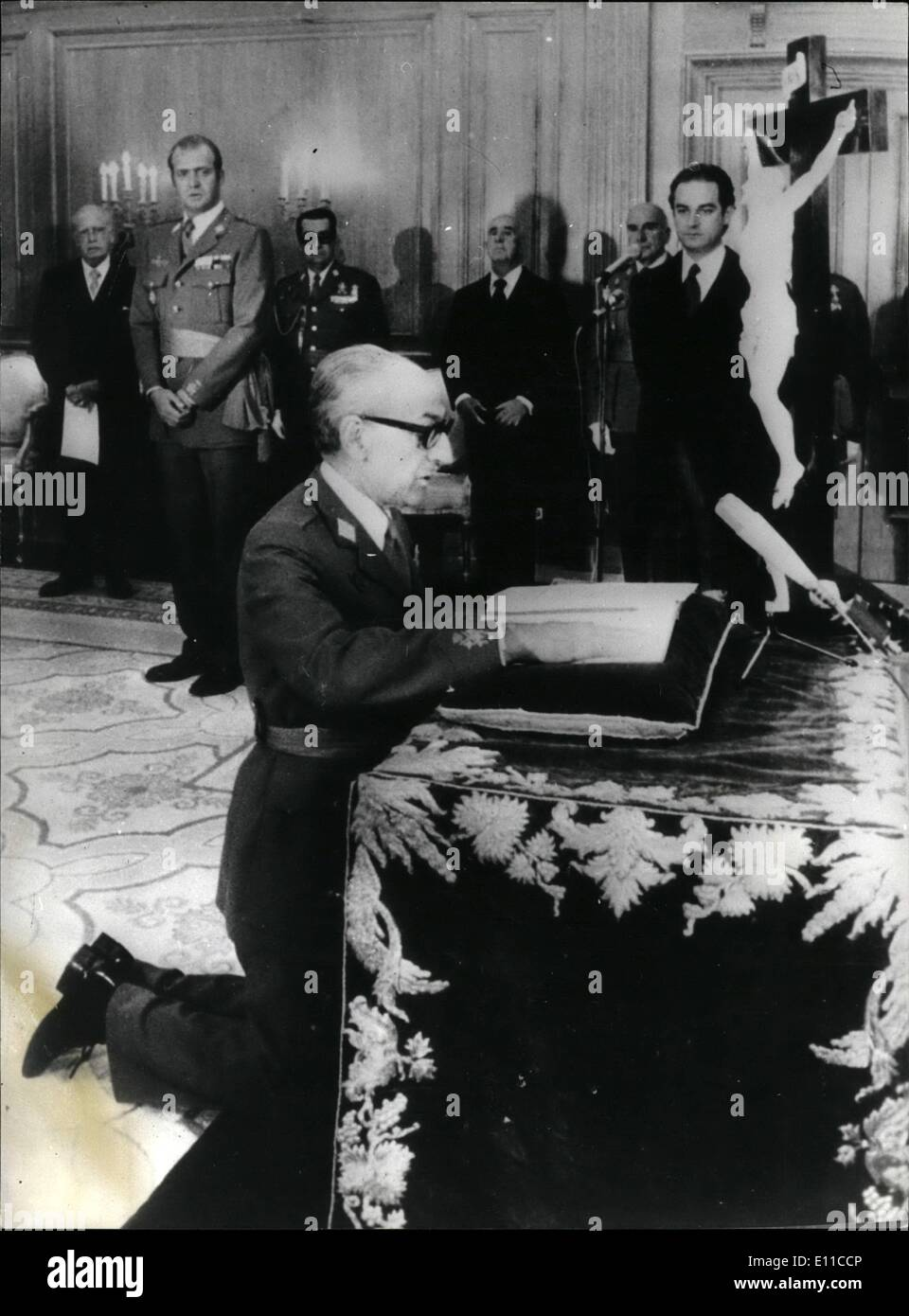 Sep. 09, 1976 - General Manuel Gutierrez Mellado is Sworn in as Spain's First Deputy Prime Minister. General Manuel Gutierrez Mellado, 64, was sworn in as Spain's First Deputy Prime Minister amid speculation that is may eventually take over the Premiership from Senor Adolfo Suares. Photo Shows: General Manuel Gutierrez Mellado, kneeling with his hand on the Bible to swear loyalty to the Government and Church on his appointment as Spain's First Deputy Prime Minister. Watching the ceremony is King Juan Carlos (left) - Stock Image