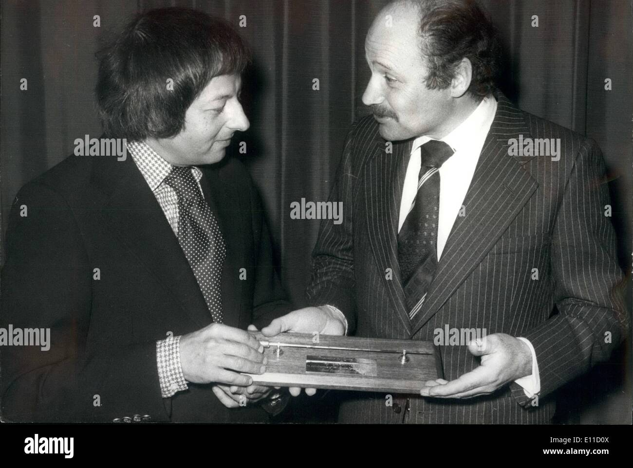 Apr. 04, 1977 - Andre Previn Presented With A Baton During Press Conference Of The London Symphony Orchestra: During a press conference at the Waldorf Hotel today to announce the future plans for the tour of the London Symphony Orchestra's East European visit to Germany Hungary, Czechoslovakia, Yugoslavia, Austria and Switzerland From May 3rd to the 27th. Principal Conductor, Andre Previn was presented with a baton by Ralph Lands, the field operations Manager for Eastern Europe for Rank Xerox, who are the sponsors of the tour - Stock Image