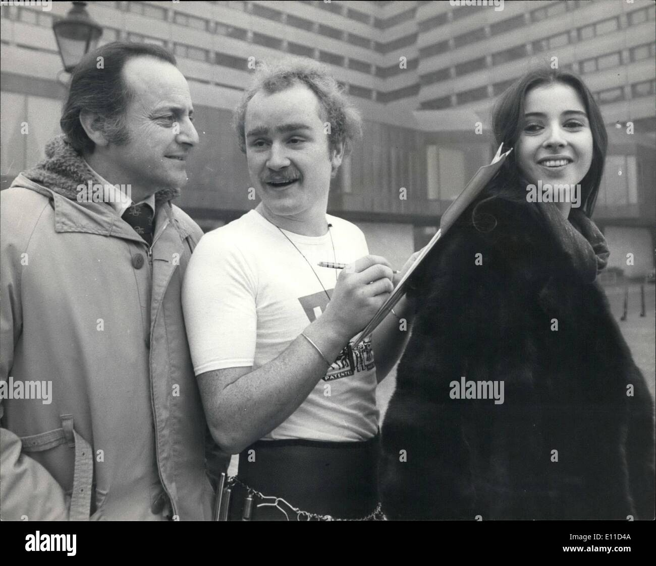 Feb. 02, 1977 - Pop star Steven Haynes to dive off 28 London bridges to raise money for one parent families.: Stever Haynes, aged 20, from Broomley, Kent, who last jumped off 28 London bridges in August 1975, is to do it once again on March 5th, but this time it is for the One Parent Families. He will start from Teddington and finish at Tower bridge. Many celebraties have offered their services on that day. Jimmy Saville and David Jacobs will be in the boat following up the Thames, to pick him out of the water and take him on to the next bridge - Stock Image