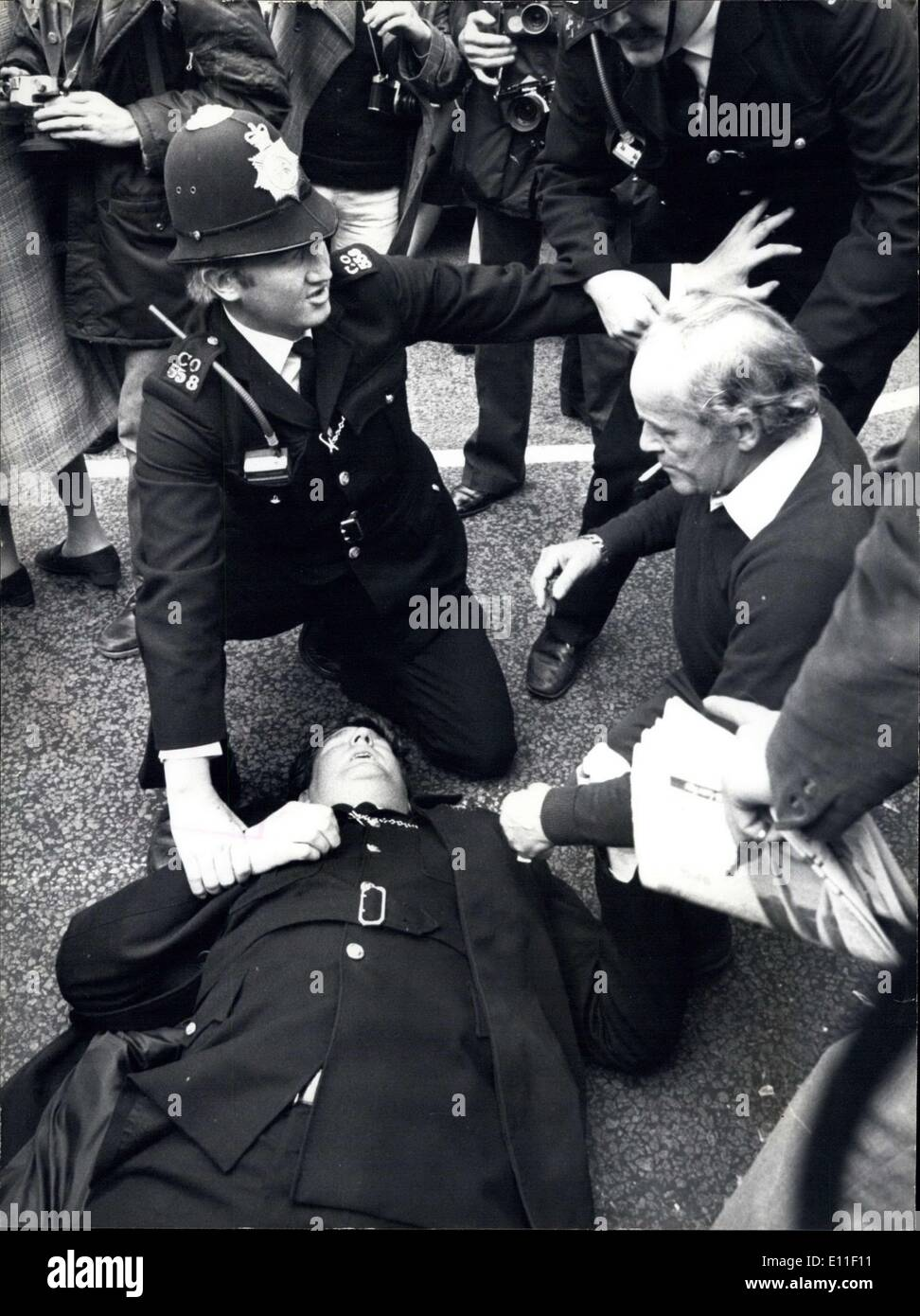 Jun. 23, 1977 - Policeman Badly Injured During Fighting Outside The Grunwick Factory: During the fighting which took place this - Stock Image