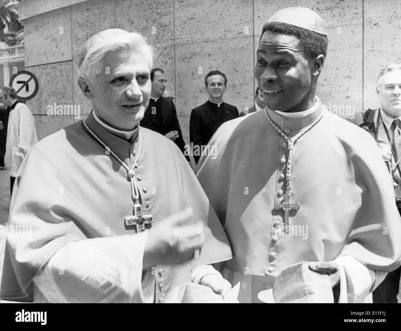 5543635 (9003107) Joseph RATZINGER, deutscher Kardinal (li.) und Bernardin GANTIN, Kardinal aus Dahomey, im Gespr‰ch Stock Photo
