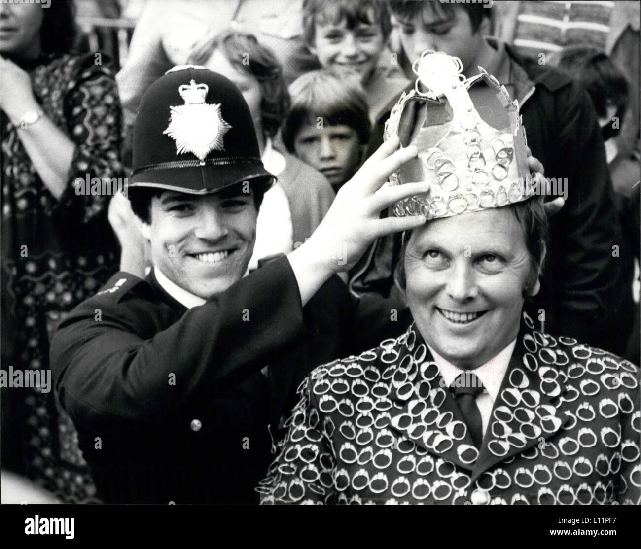 Aug. 08, 1979 - Bill Netting crowned 'Ring-Pull-King': Police Constable Bill Netting was today crowned 'Ring-Pull-King' of the world, because he has collected 66 million ring pulls form cans of drink to help the National Kidney Research Fund. The ring pulls are made of non-farrous metal and are sold to metal dealers for the vital cash needed to step-up kidney research in Britain. Photo shows Pc Nickolas Fenn seen crowning his fellow officer Bill Netting during a ceremony at the Tower of London today. - Stock Image