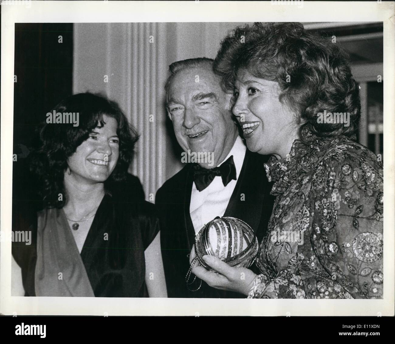 Feb. 02, 1981 - New York City. Feb. 18, 1981 Waldorf-Astoria The Scientists' Institute for Public Information hold a dinner-dance honoring CBS Newsman Walter Cronkite. Left to right are; Dr. Sally Ride, Astronaut (NASA Space Shuttle Program), Walter Cronkite, CBS and Beverly Sills, opera star and Mistress of Ceremonies. - Stock Image
