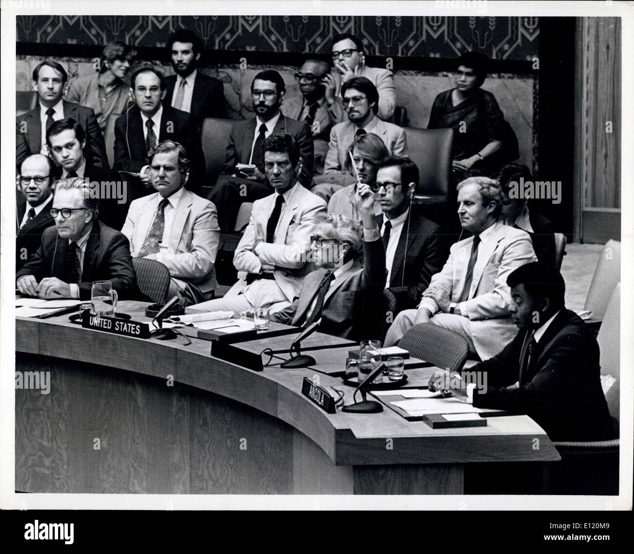 Aug. 31, 1981 - Unites Nations, New York: United states vetoes United Nations Security Council resolution condemning the South African Military incursion into Angola. Photo Shows United State's Alternate Representative Charles M. Lichenstein casting U.S. veto. At table, Left: Sir Anthony Parsons of the United Kingdom and Angolan Permanent Representative Elisio de Figueiredo.South African Representative looking on (seated background upper left with glasses) - Stock Image