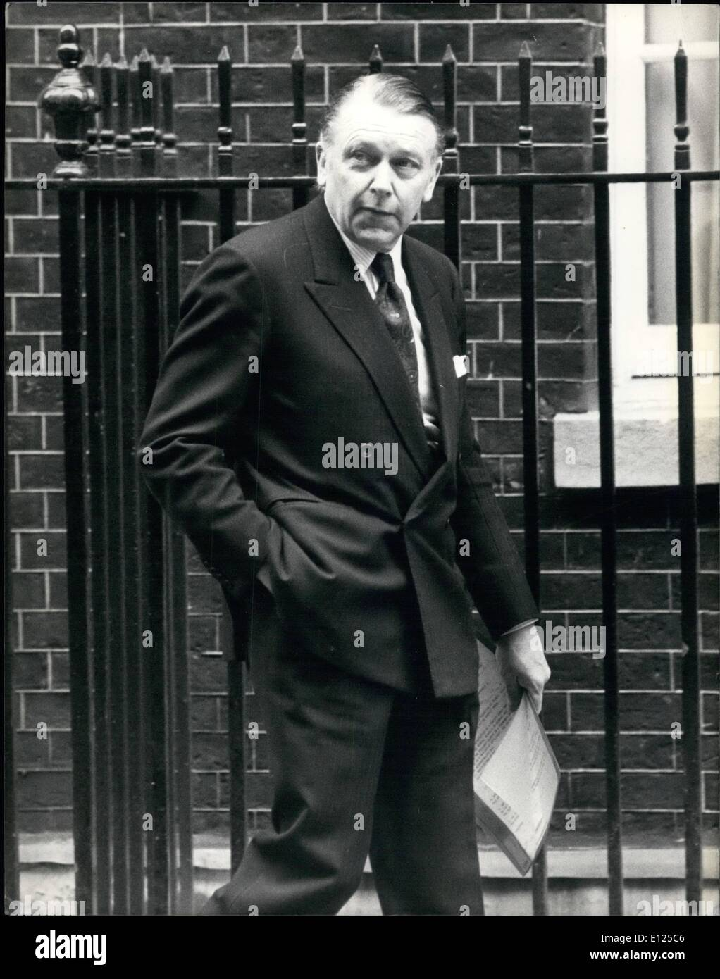 May 05, 1992 - Crisis meeting at Downing Street.: Photo shows Foreign Secretary Francis Pymn arrives at No.10 Downing - Stock Image