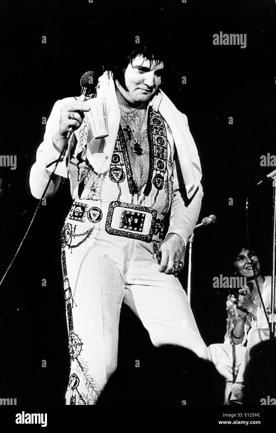 (File photo, exact date unknown) ELVIS PRESLEY at one of his final concerts in 1977. Elvis is shown in his over-weight pill-popping days, just months before his death. (Credit Image: KEYSTONE Pictures USA/ZUMAPRESS.com) - Stock Image