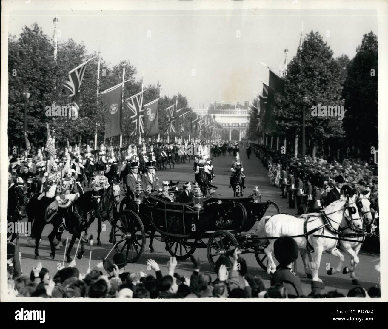Dec. 26, 2011 - Virtugal Arrives I London Way to Palace - General View as the State Carriageing HM the Queen and President Lopes rounding the Queen Victoria Memorial Hall the Palace this afternoon. - Stock Image