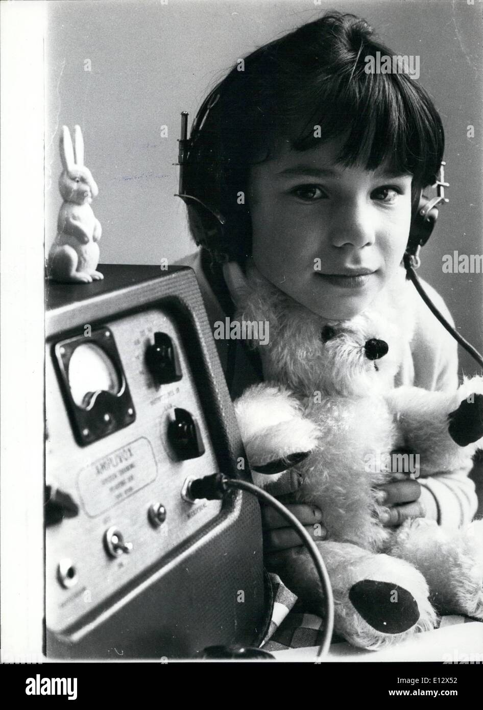 Feb. 26, 2012 - Listening Sharon Martin, 6, listens intently as her teacher speaks to her over the ear phones. She is learning a new phrase. ''This is a teddy bear' - Stock Image