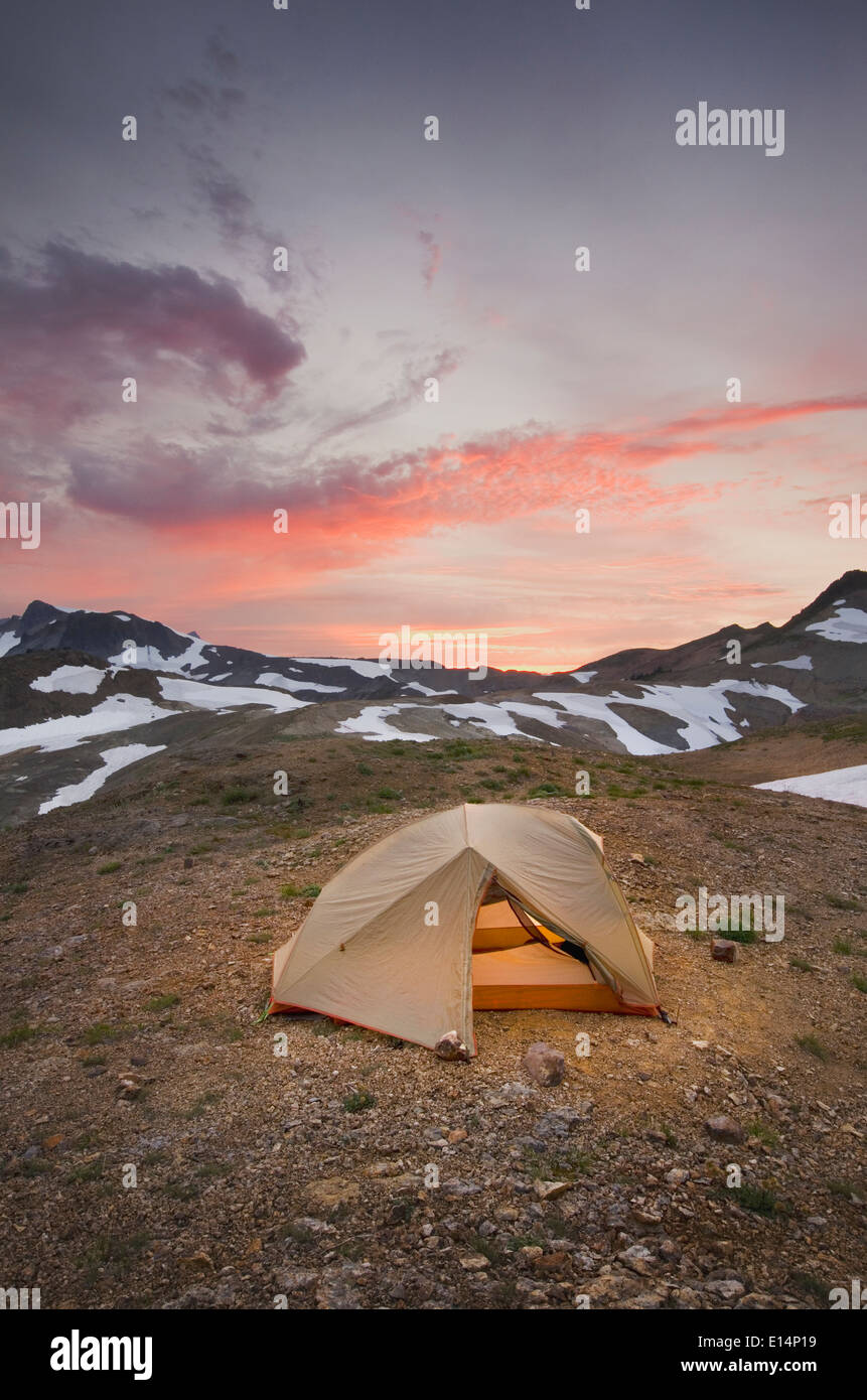 Tent at campsite in snowy mountain landscape - Stock Image