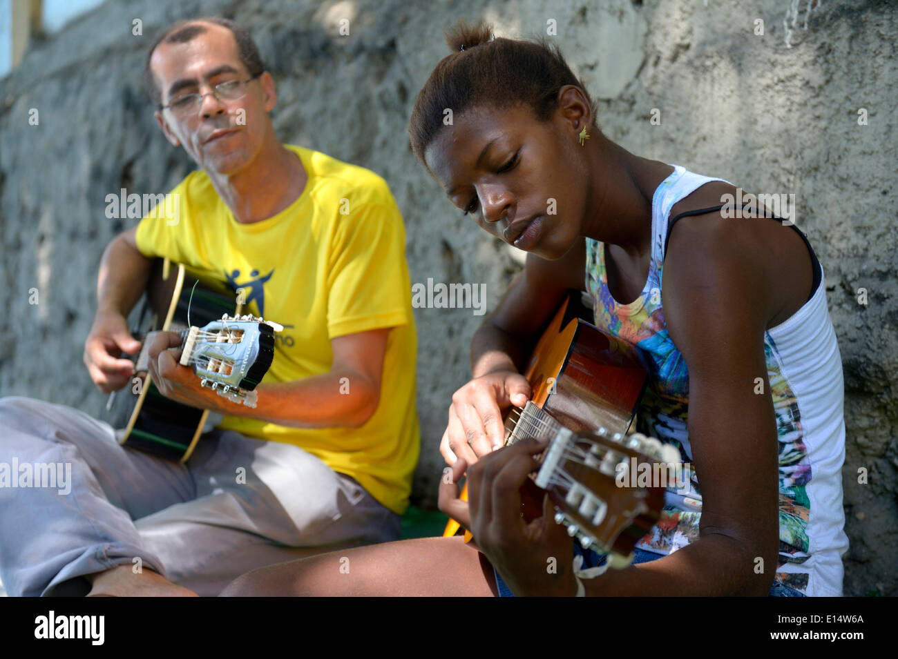 Street child, girl, 15, having guitar lessons with a social worker and musician, Sao Martinho social project, Lapa district - Stock Image