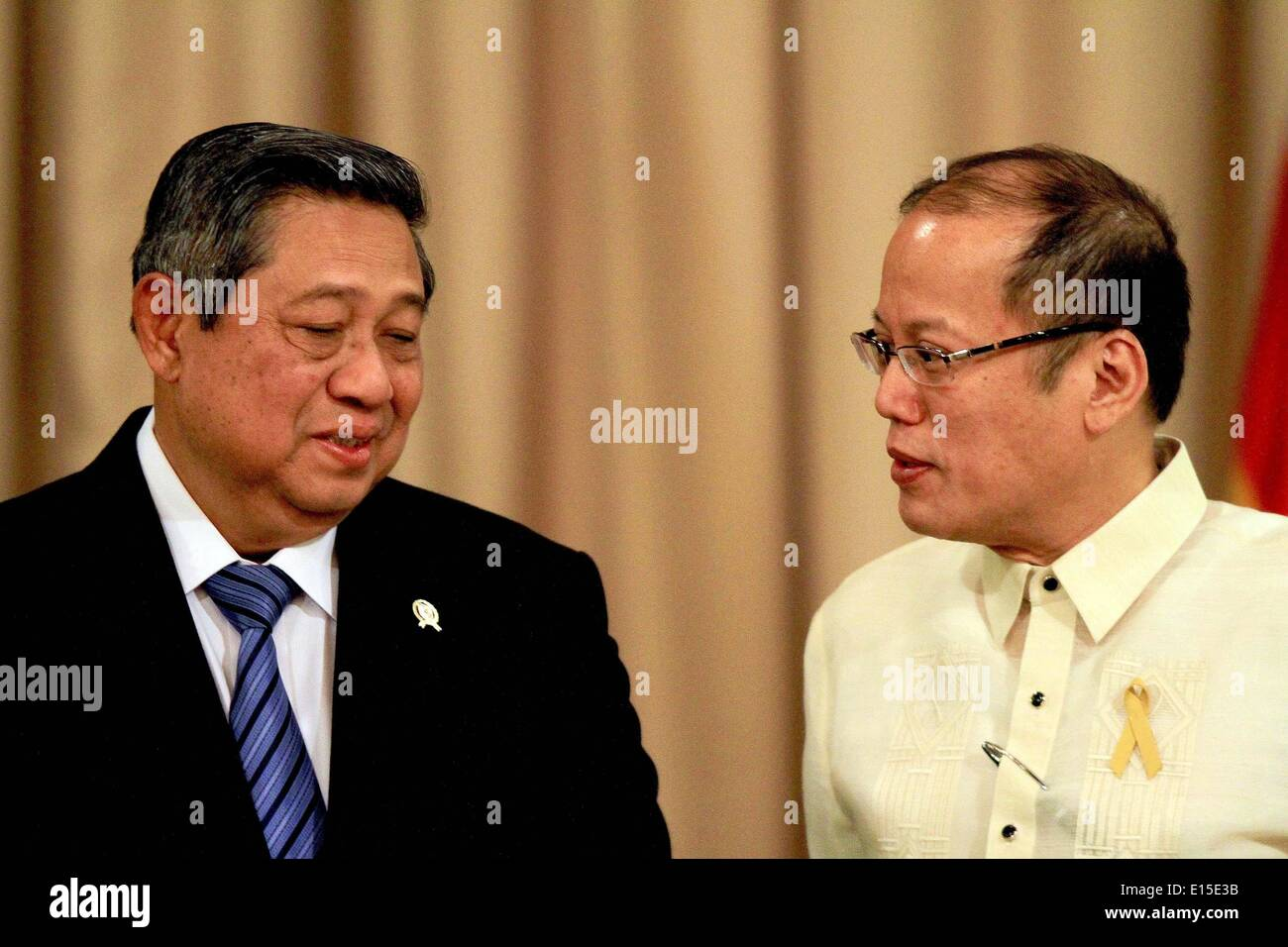Manila, Philippines. 23rd May, 2014. Philippine President Benigno Aquino III (R) and visiting Indonesian President Susilo Bambang Yudhoyono attend the joint press conference at the presidential palace in Manila, the Philippines, May 23, 2014. The Philippines and Indonesia signed on Friday an agreement on the delimitation of their overlapping exclusive economic zones (EEZ) in the Mindanao Sea and Celebes Sea. © Rouelle Umali/Xinhua/Alamy Live News - Stock Image