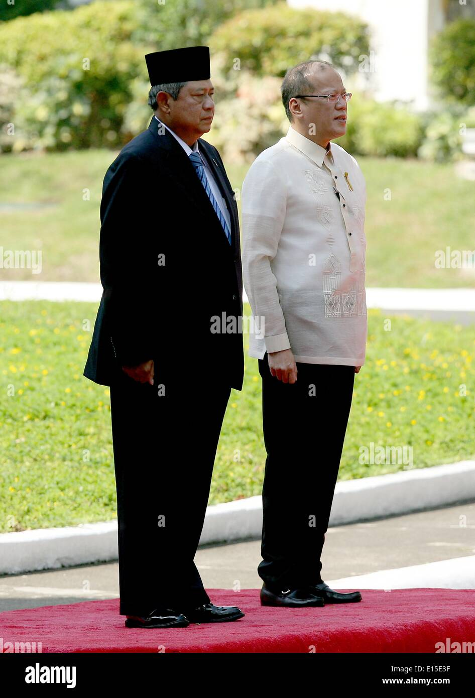 Manila, Philippines. 23rd May, 2014. Philippine President Benigno Aquino III (R) and visiting Indonesian President Susilo Bambang Yudhoyono attend the welcoming ceremony at the presidential palace in Manila, the Philippines, May 23, 2014. The Philippines and Indonesia signed on Friday an agreement on the delimitation of their overlapping exclusive economic zones (EEZ) in the Mindanao Sea and Celebes Sea. © Rouelle Umali/Xinhua/Alamy Live News - Stock Image