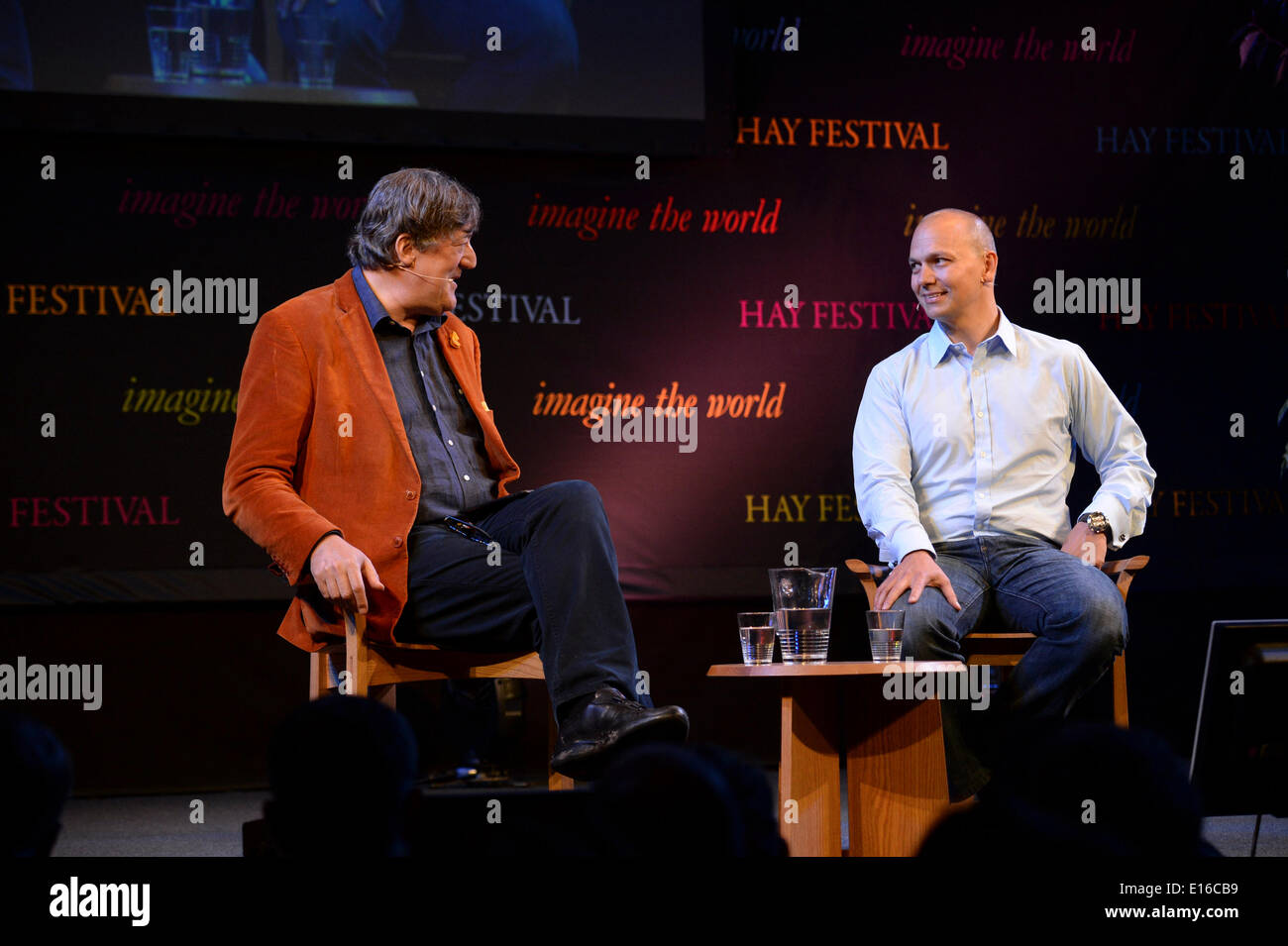 Hay on Wye, Wales UK, Saturday 24 May 2014 STEPHEN FRY in conversation with TONY FADELL, the inventor of te iPod, Stock Photo