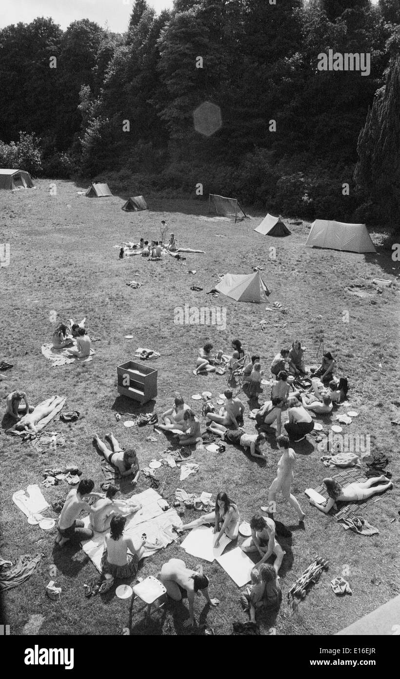 People hippies relaxing outside together in summer on a 1970s hippie commune in Scotland UK  KATHY DEWITT - Stock Image