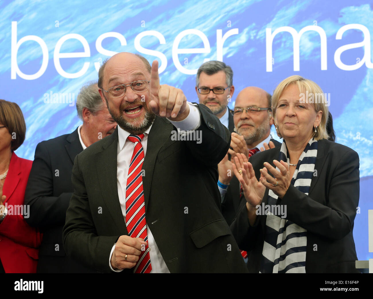 Aachen, Germany. 24th May, 2014. Social democratic frontrunner Martin Schulz (L) is pictured during a last election campaign for the European election 2014 on 25 May 2014 in Aachen, Germany, 24 May 2014. Next to him stands North Rhine-Westphalia's Prime Minister Hannelore Kraft (SPD). Photo: Roland Weihrauch/dpa/Alamy Live News - Stock Image