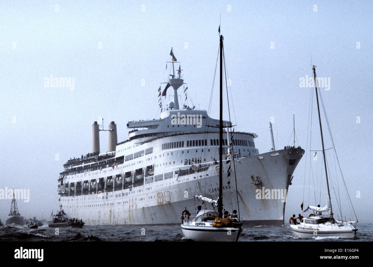1982. SOUTHAMPTON, ENGLAND.- S.S.CANBERRA, ACQUISITIONED BY THE MOD TO SERVE AS A TROOPSHIP DURING THE FALKLANDS, RETURNS HOME. - Stock Image