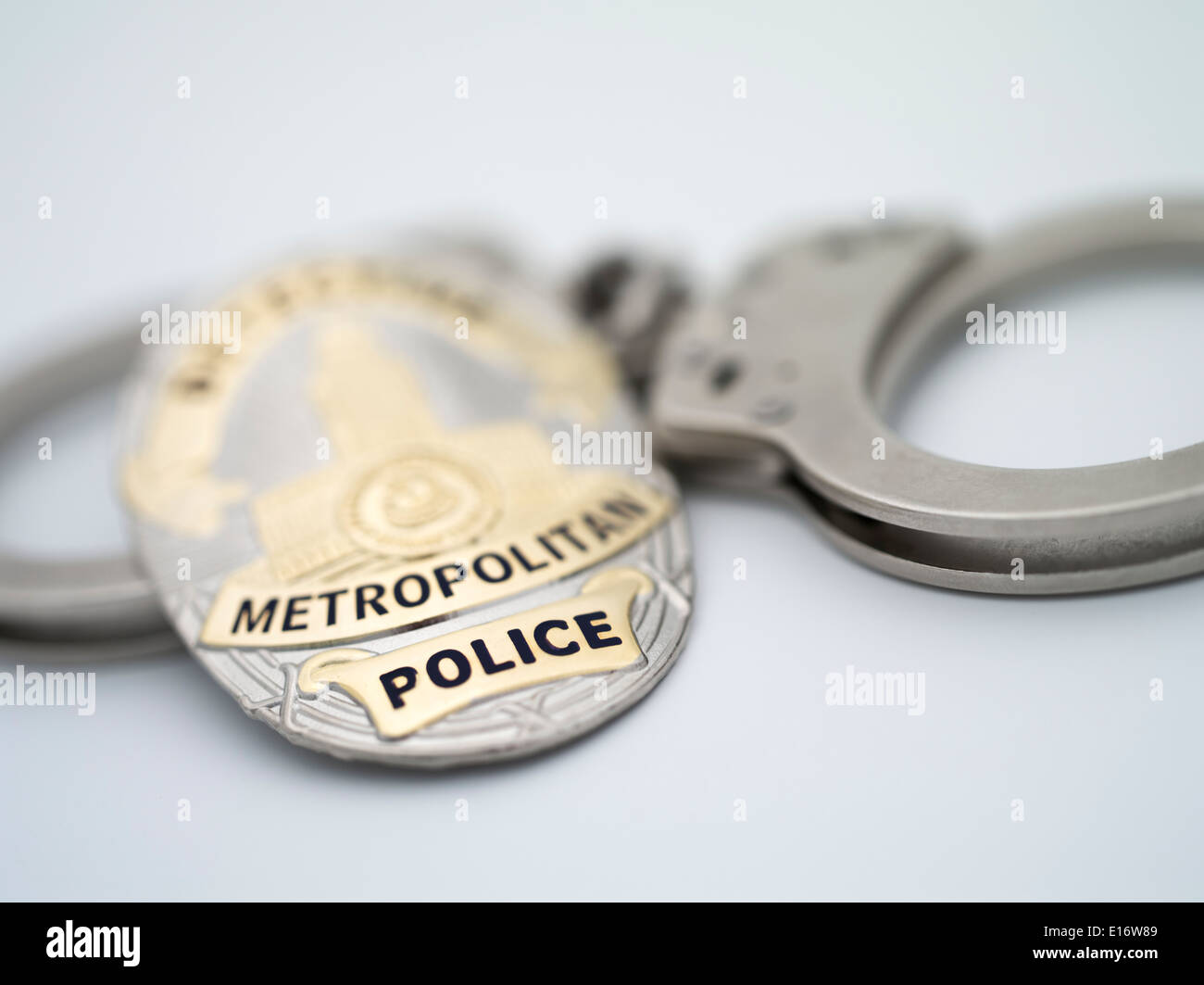 Metropolitan Police Detective Shield with Smith & Wesson Police issue handcuffs - Stock Image